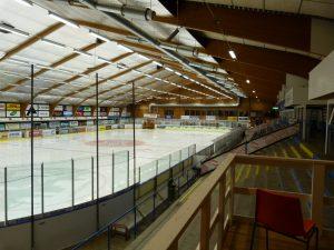 VISBY/ROMA. Visby Ishall på Gotland har en kapacitet på 2 000 åskådare. Ishallen är byggd så att det bara är läktare på ena sidan, som är uppdelad i en ståplatssektion, en sittplatssektion och en supporterläktare. Snittade 787 åskådare förra säsongen.