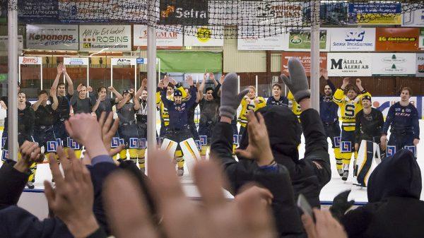 Fansen firar med laget. Foto: David Nilsson Hamne