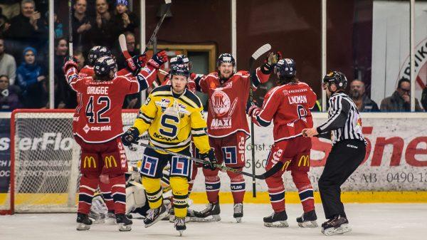 Adam Hansen deppar efter att Västervik målat - igen. Foto: David Nilsson Hamne