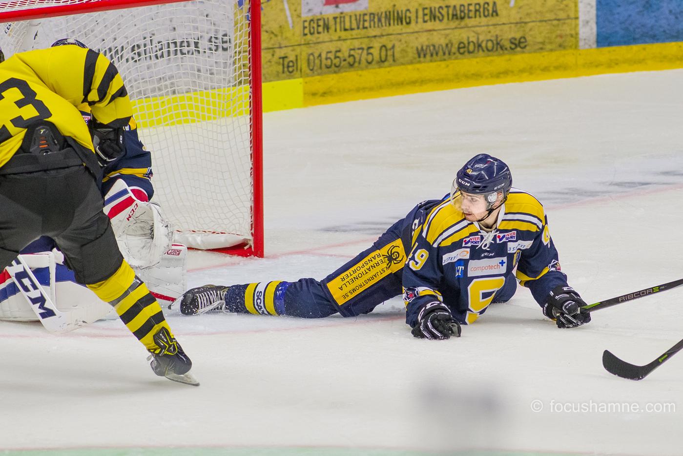 Jesper Wikström täcker av isen. Foto; David Nilsson Hamne