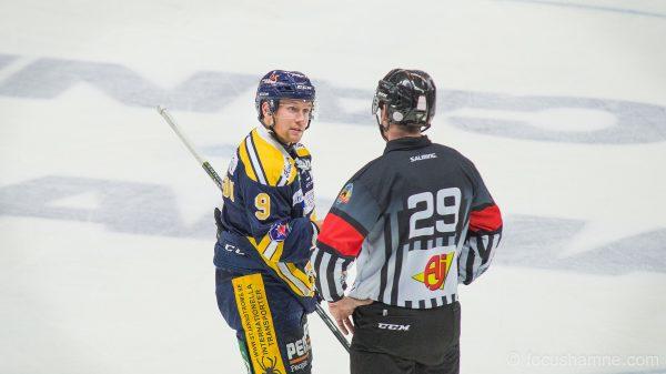 Victor Andersson samtalar med domaren. Foto: David Nilsson Hamne