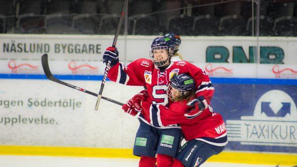 Meredith Malloy firar mål mot Sundsvall. Kramas om av Erika Wahlberg. Foto: David Nilsson Hamne