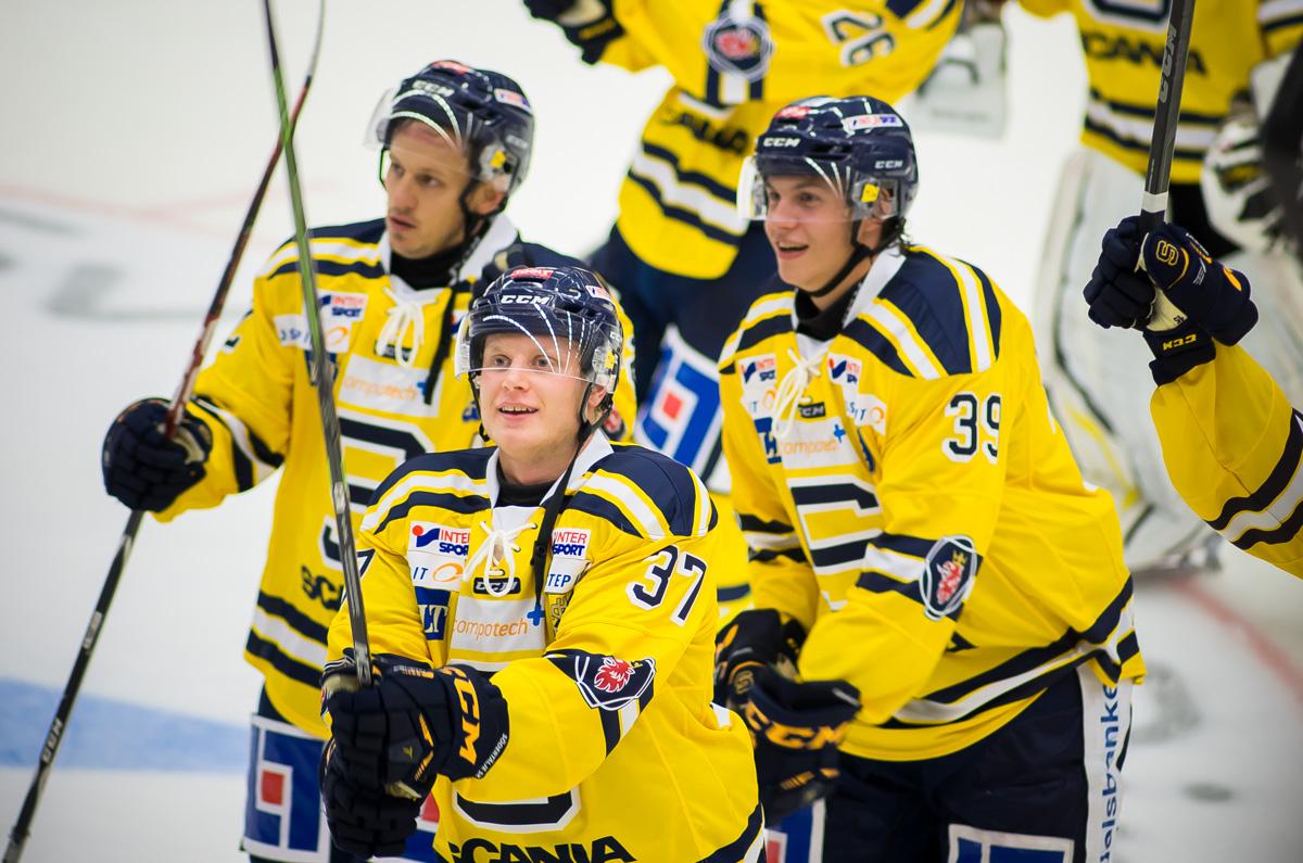 Jakob Wallin är med och firar och tackar fansen. Foto: David Nilsson Hamne