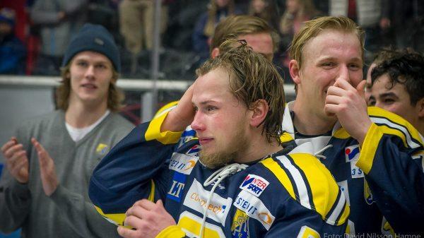 En känslosam Adam Hansen firar avancemanget till Hockeyallsvenskan 15/16. Foto: David Nilsson Hamne.